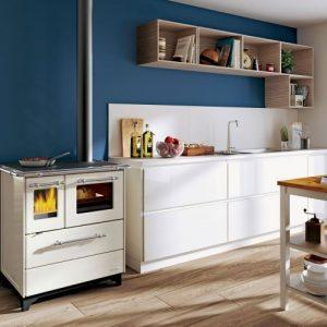 Valkoinen Palazzetti Alba 3,5 puuhella keittiössä